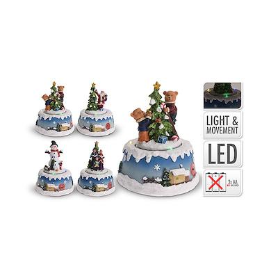 Julescene med 4 figurer og lys